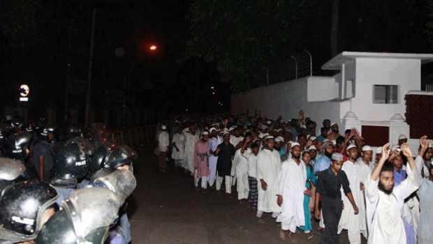 Hefajat men removed from Dhaka's Shapla Chattar