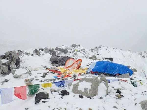 8 killed in quake-triggered avalanche in Everest