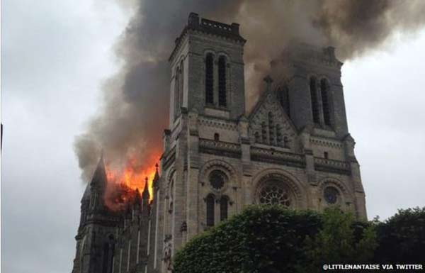 Huge fire engulfs France basilica
