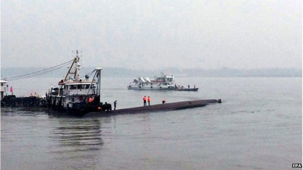 Hopes fade in Yangtze boat rescue