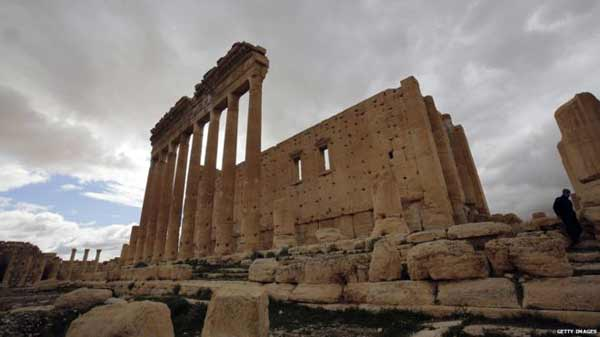 Islamic State 'blows up Palmyra arch'