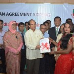 Bangladesh Bank Governor Dr. Atiur Rahman provides loan to disadvantaged people Photo: BB