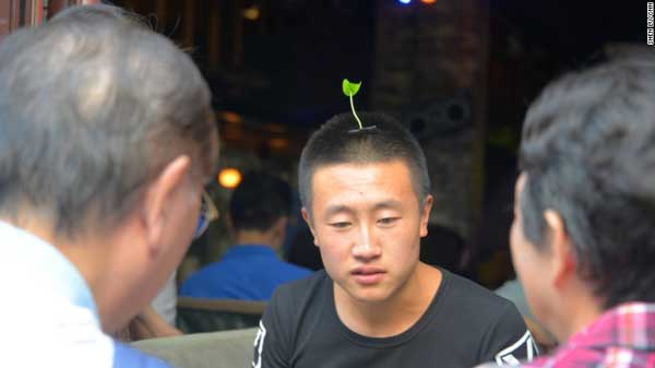 In China, grassy fashion trend sprouts on people's heads