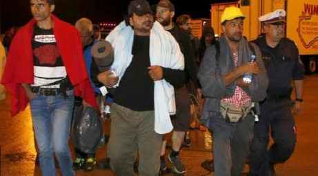 Migrants arrive in Austria from Hungary after border move