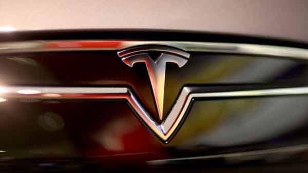 Tesla urges caution over 'autopilot'