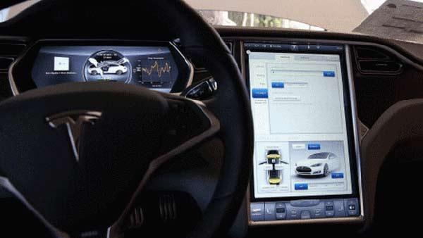 Tesla self-drive mode filmed 'endangering passengers'