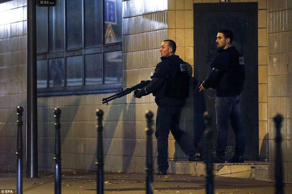 Brussels shutdown as manhunt continues