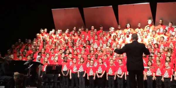 Canadian children welcome refugees with religious Muslim song