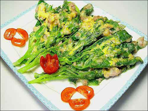 Crispy spinach pan-fry with meat and egg