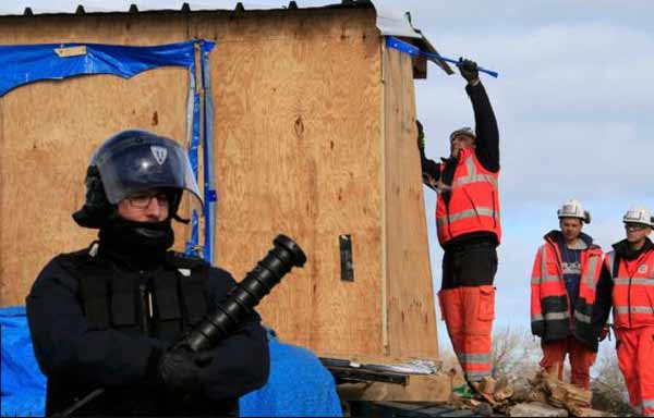Clashes as France clears Calais 'Jungle'