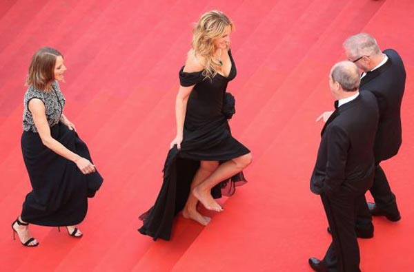 Julia Roberts walks barefoot at Cannes red carpet