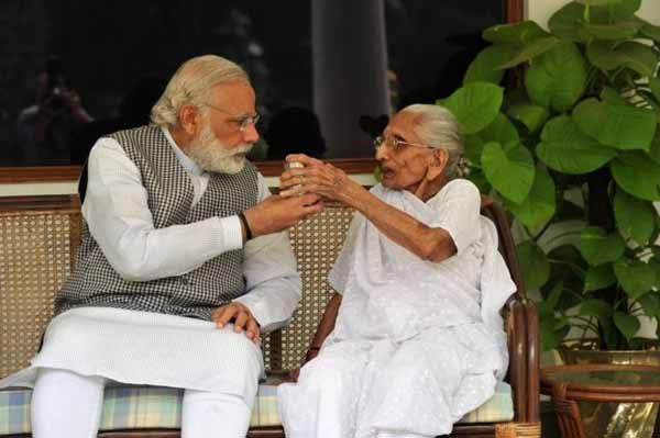 Modi's photos with mother wins Twitter