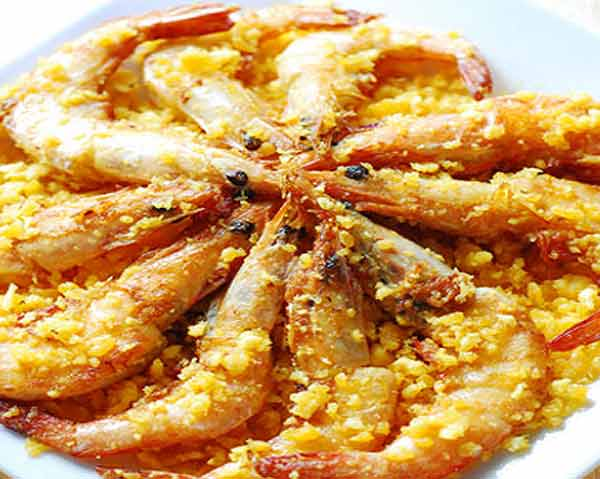 Delicious fried prawns with salted egg yolk