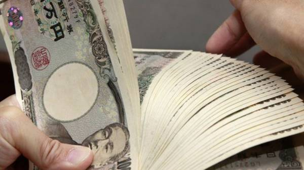 Japanese stocks fall as yen passes key level versus dollar