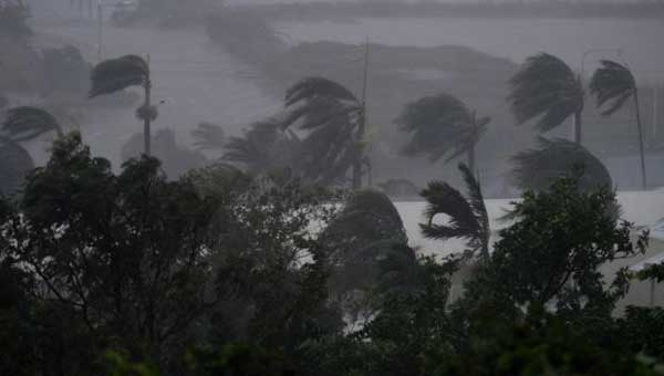 'Monster' cyclone batters Australia