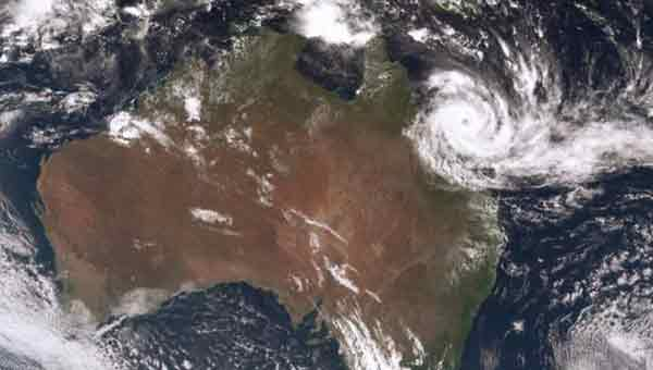 Australia cyclone forces thousands from homes