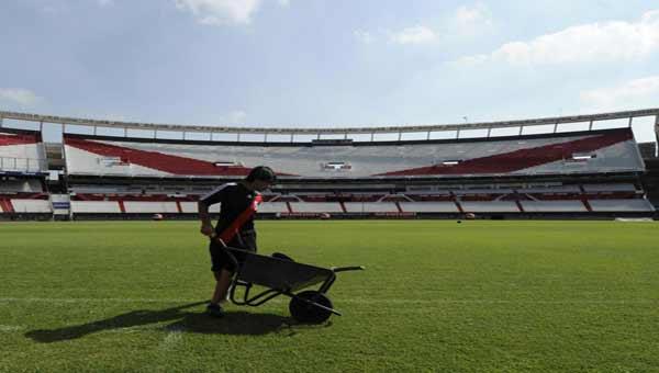 Argentina football players go on strike